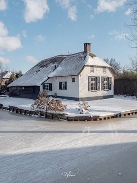 Giethoorns huisje in de winter. van Henri van Rheenen