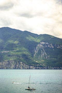 Italië, Gardameer | Zeilen en varen op het Garda meer met bergen op de achtergrond van Hessel de Jong