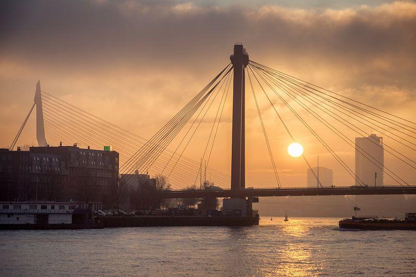 Zonsondergang Willemsbrug en Erasmusbrug in Rotterdam van Mark De Rooij