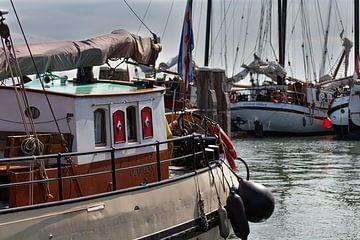 Schiffe im Hafen von Terschelling von Klaas Doting