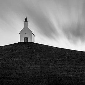La petite église blanche sur la colline sur Edwin Muller