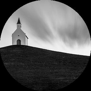 Het kleine witte kerkje op de heuvel van Edwin Muller
