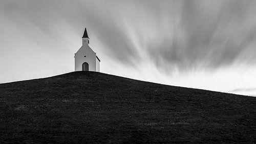 Het kleine witte kerkje op de heuvel