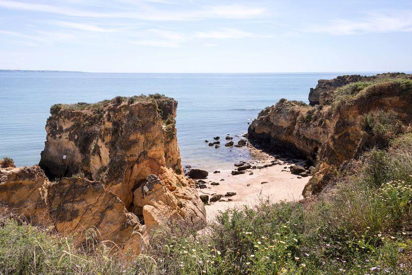 de rotsen van de algarve bij Laos in Portugal van Compuinfoto .