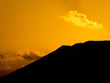 Zonsondergang achter berg von Dirk Aerts