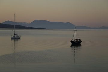 Segelboote auf dem Ionischen Meer bei Lefkada von Cora Unk