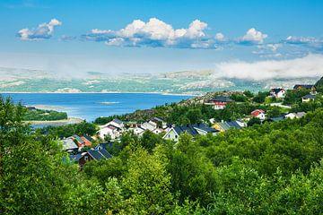 Blick auf Kirkenes am Varangerfjord in Norwegen von Rico Ködder