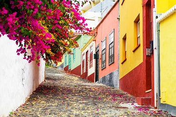 Bunte Straße in Santa Cruz, La Palma, Kanarische Inseln von Marcel Bakker