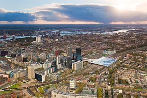 Luchtfoto centrum Rotterdam tijdens zonsondergang