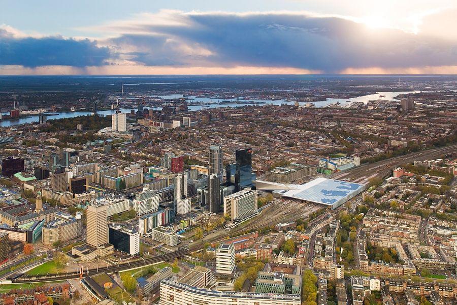 Luchtfoto centrum Rotterdam tijdens zonsondergang van Anton de Zeeuw