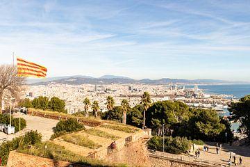 Barcelona aan zee met de catalaanse vlag van thomas van der Wijngaard