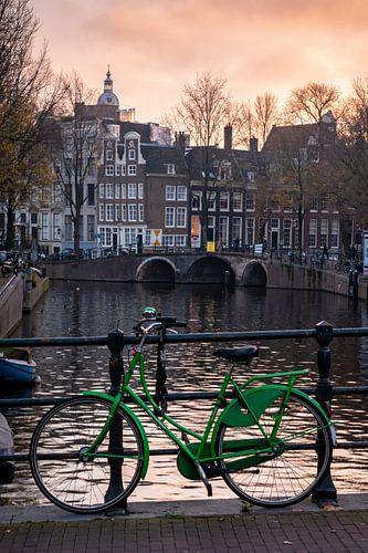 Groene fiets op Amsterdamse gracht (Keizersgracht)