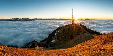 Bij zonsondergang komen de Allgäuer Alpen uit de zee van mist tevoorschijn en tonen een geweldige sf van Leo Schindzielorz