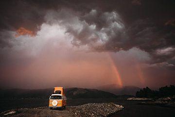 petit camping-car dans la tempête sur Meral Soydas