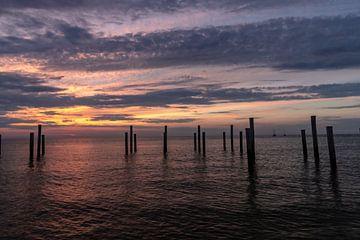 Palendorp bei Hüten bei Sonnenuntergang Auch die Segelschiffe ruhen von Paul Veen