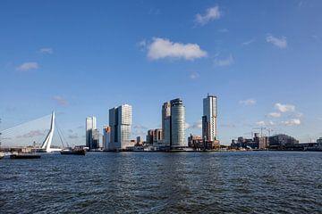 Panoramablick auf die Erasmusbrücke in der Stadt und die Gebäude von Rotterdam in den Niederlanden von Tjeerd Kruse