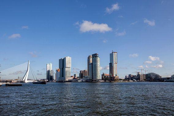 panoramisch uitzicht op de Erasmusbrug in de stad en gebouwen van Rotterdam in Nederland
