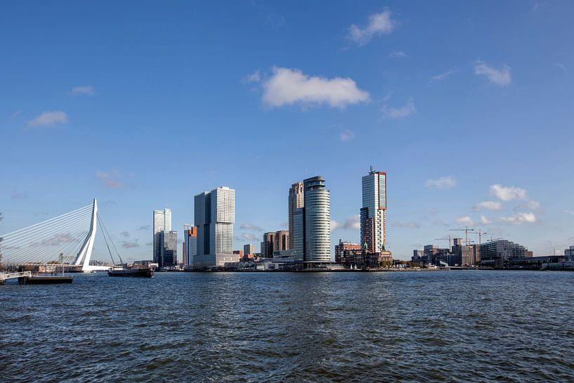 panoramisch uitzicht op de Erasmusbrug in de stad en gebouwen van Rotterdam in Nederland van Tjeerd Kruse