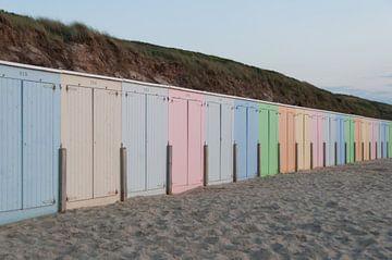 Gekleurde strandhuisjes van Ooks Doggenaar