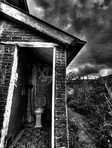 Urban toilet. Verlaten huis in Doel Belgie waar deze wc heel eenzaam staat nu