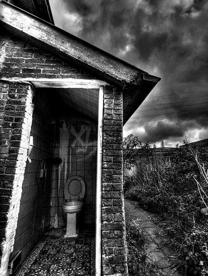 Urban toilet. Verlaten huis in Doel Belgie waar deze wc heel eenzaam staat nu van noeky1980 photography