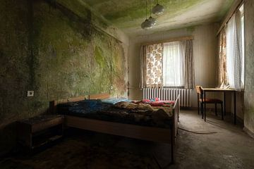 Slaapkamer in Verlaten Hotel. van