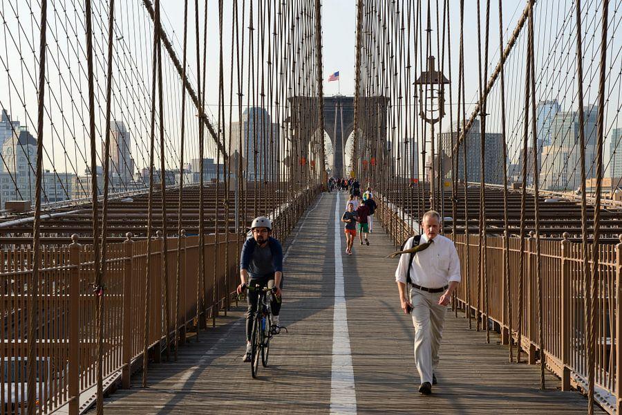 Brooklyn Bridge in New York in de ochtend  van Merijn van der Vliet