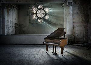 Piano met zonnestralen door raam van