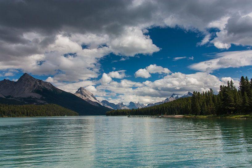 Maligne Lake van Ilya Korzelius