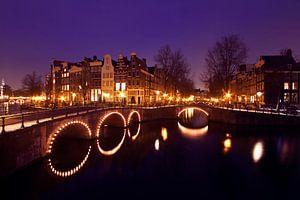 Stadsgezicht in Amsterdam bij nacht in Nederland