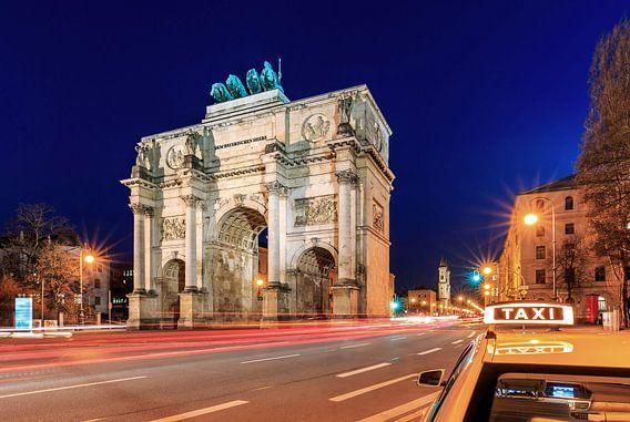 Siegestor München op blauw uur met taxi
