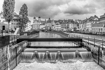 Rivier de Reuss nabij de Molen Plaats in Luzern van Tony Buijse