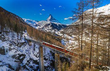 A train passes the Findelbach viaduct  near Zermatt, Switserland sur