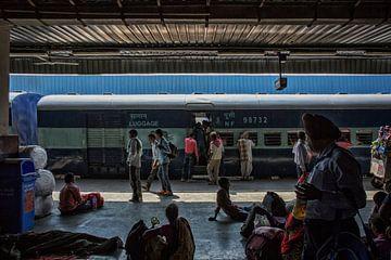 mensen lopen op Jaipur Junction treinstation in Jaipur, India. van Tjeerd Kruse