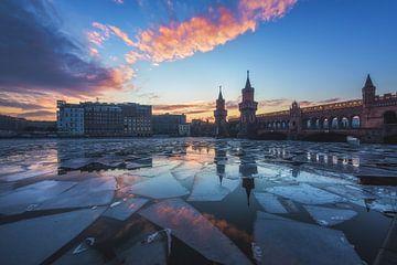 Oberbaumbrücke Berlin zum Sonnenuntergang im Winter von Jean Claude Castor