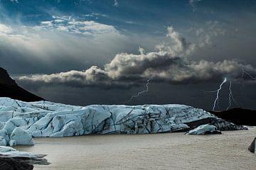 Gletscher auf Island mit einem Gewitter im Hintergrund. von Gert Hilbink