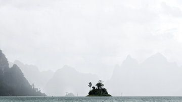 Island in Khao Sok National Park, Thailand von Lars Korzelius