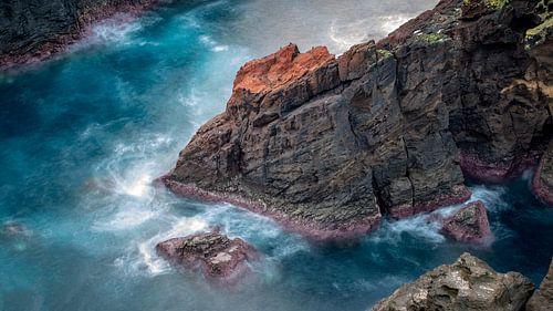 Rotsblok nabij Mosteiros met blauw zeewater