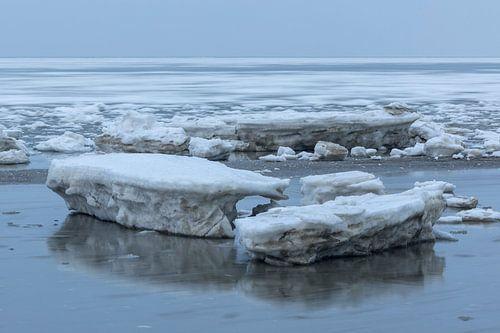IJs in beweging achter grote ijsblokken op de Waddenzee van