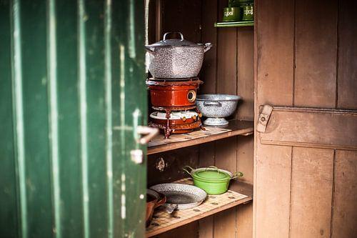 Authentieke  petroleum kookpotten in een ouderwetse Hollandse keuken kast