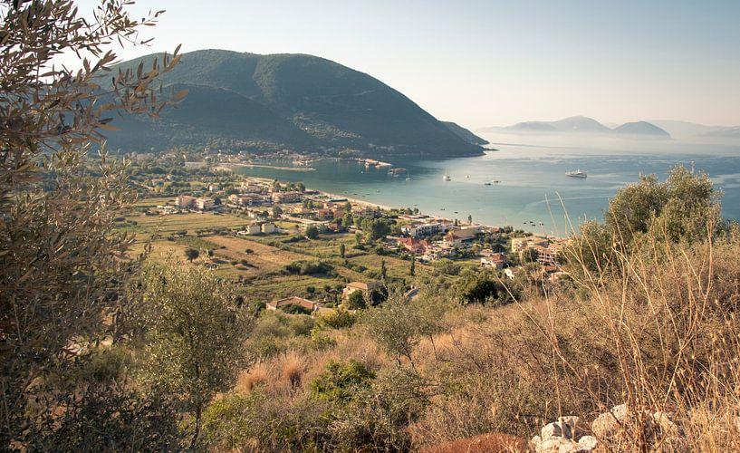 De baai van Vasiliki op Lefkas, Griekenland van Sven Wildschut