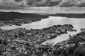 De stad Bergen in zwart-wit, Noorwegen van Henk Meijer Photography