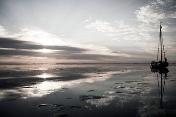 Droogvallen op de Waddenzee bij zonsondergang von Hette van den Brink