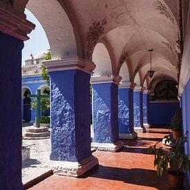 Blauw met oranje kloostergang in het Santa Catalina klooster in Arequipa, Peru sur Martin Stevens