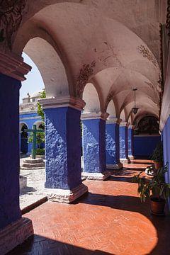Blauw met oranje kloostergang in het Santa Catalina klooster in Arequipa, Peru van
