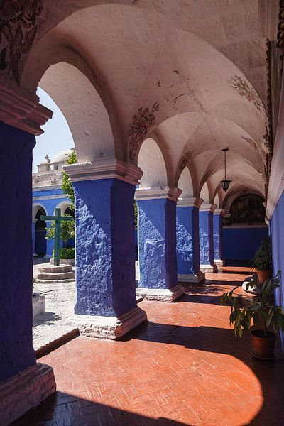 Blauw met oranje kloostergang in het Santa Catalina klooster in Arequipa, Peru