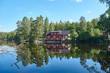 Schwedisches Haus an einem See von Geertjan Plooijer