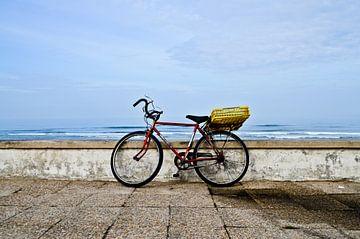 Fiets bij strand Portugal van Marieke van der Hoek-Vijfvinkel