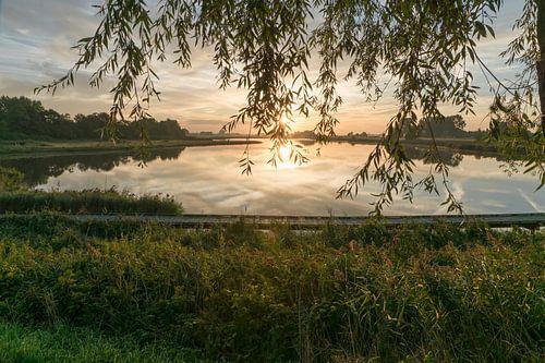 Het Groote Gat bij Oostburg in de opgaande zon sur