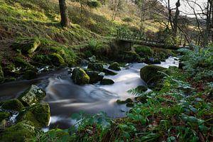 Fantasie brug met zacht water in een beekje in Ierland